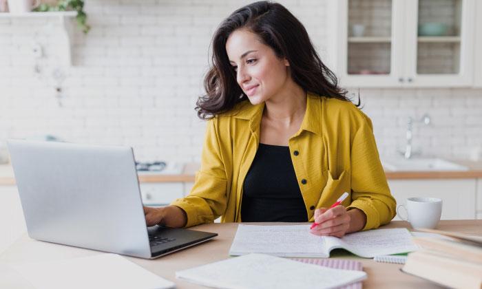Mujer estudiando ante su ordenador